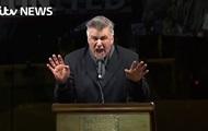 Baldwin corrosivo mofado de trump en una protesta