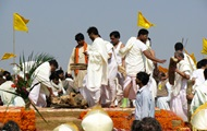 En Inde, le gars s'est réveillé sur le chemin de la propre enterrement
