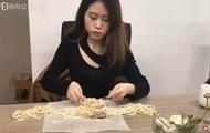 Сеть удивила китаянка, готовящая еду на офисном оборудовании