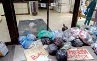 Во Львове магазин Рошен закидали мусором из-за ВК