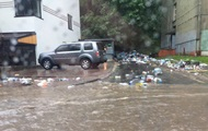 Во Львове ливень разнес мусор по улицам города