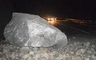 В Крыму на дорогу обрушилась часть скалы