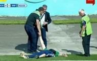 Пьяный болельщик на несколько минут прервал матч Волынь – Карпаты