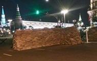 Центр Москвы перекрыли мешками и старой техникой