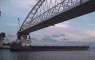 Под аркой Керченского моста прошло первое судно