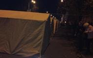 Митинг под ВР закончился, но палатки остались