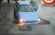 В Киеве автомобиль провалился под асфальт