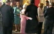 Елизавета II и Мишель Обама обнялись, чем нарушили протокол