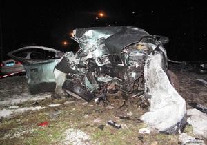 В Киеве автомобиль врезался в столб, водитель и пассажир погибли
