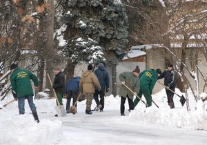 К уборке снега во дворах привлекут всех киевских дворников