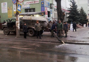 Новости Макеевки - канализация - В центре Макеевки коммунальщики сливали стоки из канализации прямо на проезжую часть