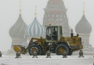 Москву парализует сильный снегопад. Проводя очистительные работы, снегоуборщик смял ковшом часть автомобиля сотрудника МИД РФ
