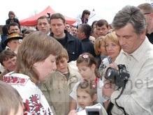 Ющенко в Космаче покупал вышиванки и упражнялся в фотографии