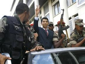 Президент Мадагаскара передал власть военным
