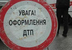 В центре Киева женщина на Nissan Micra спровоцировала ДТП из трех машин