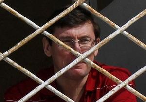 Окна палаты Луценко забили намертво - супруга