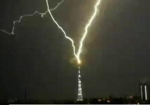 Удар молнии в телебашню в Санкт-Петербурге - видео
