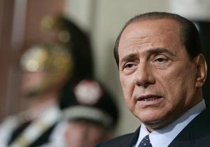 В Италии художники-геи выставили возле резиденции премьеров Берлускони в стеклянном гробу