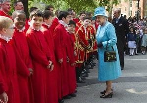 Британская королева получила в подарок на юбилей 15 тысяч собственных портретов