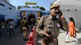 Гипнотизер в Индии лечит полицейских от пьянства