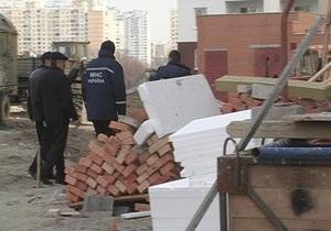 В Киеве в шахту лифта строящегося дома упал рабочий
