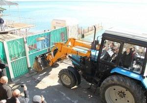 Могилев на бульдозере снес забор на пляже в Ялте