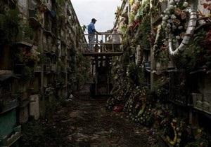 В Закарпатье женщина бросила детей на кладбище