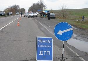 В Луганской области водитель авто врезался в стоявших на остановке людей, двое погибших