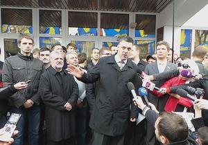 Прорвавшиеся в здание МВД свободовцы сорвали портрет одного из министров внутренних дел