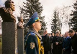 Янукович, Ющенко, Кучма и Кравчук возложили цветы к Могиле Неизвестного Солдата