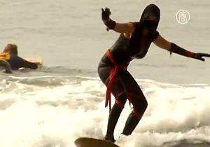 Американские серферы устроили хэллоуинский заплыв