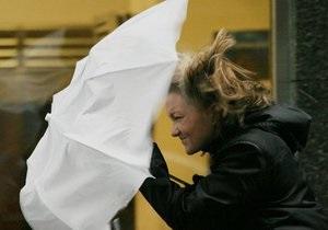 Непогода несет хаос в утренний час-пик в южной Англии - репортаж
