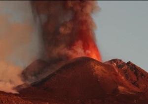 На Сицилии вулкан Этна вновь возобновил свою активность