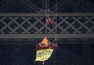 Free the Arсtic 30. Активисты Greenpeace провели акцию протеста на Эйфелевей башне