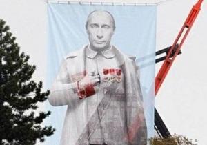 Прага - Чехия - В Праге вывесили огромный плакат с Путиным в образе Сталина