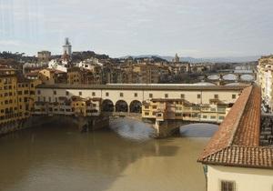Во Флоренции туристку заставили отмывать надпись на мосту