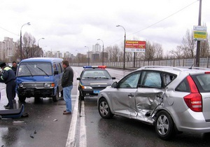 В Киеве на набережной микроавтобус врезался в KIA