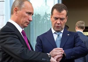 Путину и Медведеву подарили носки и варежки  от всех бабушек