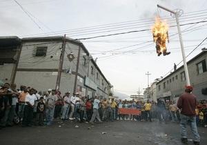 В Венесуэле активисты сожгли чучела кандидатов в президенты