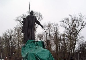 СМИ: Автор памятника основателям Киева подал в суд на Нацбанк