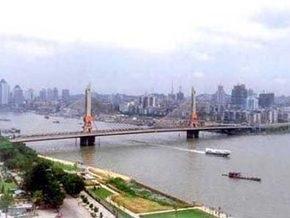 В Китае пенсионер столкнул с моста мужчину, который угрожал самоубийством