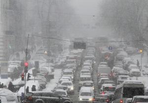 Снегопад в Киеве: на столичных дорогах шестибальные пробки