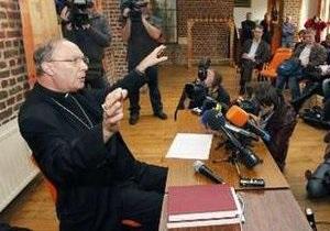 Бельгийскому архиепископу во время месcы бросили торт в лицо