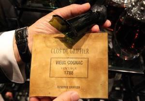 Англичанин случайно разбил бутылку коньяка за 50 тысяч фунтов