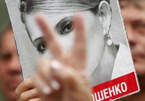 Сторонники Яценюка пришли под Печерский суд поддержать Тимошенко