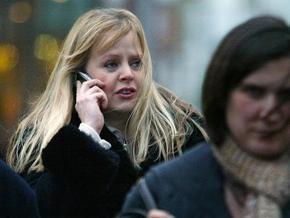 Продажи мобильных в России рухнули на треть