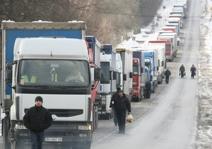 Из-за сильных снегопадов на трассе Тернополь-Львов образовался большой затор