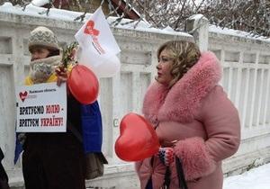 У Качановской колонии проходит немногочисленный митинг сторонников Тимошенко