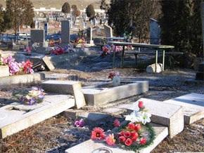 Вандалы разгромили два кладбища в Киеве