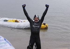 В США мужчина проплыл 35 километров с тонной кирпичей